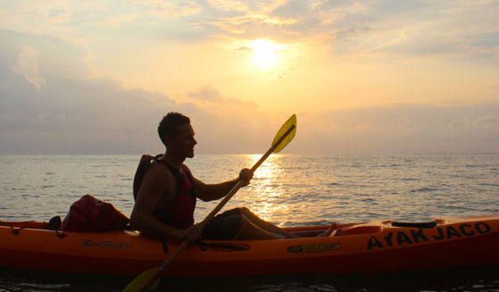 https://lostbeachtours.com/wp-content/uploads/2015/07/kayak-jaco-costarica1-559x327.jpg